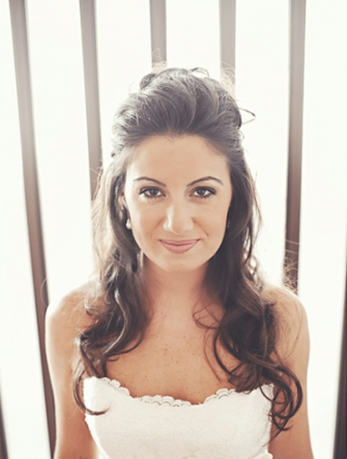 Romantische Brautfrisur: Haare halb hochgesteckt. Foto: Fran attitudefotografia.com