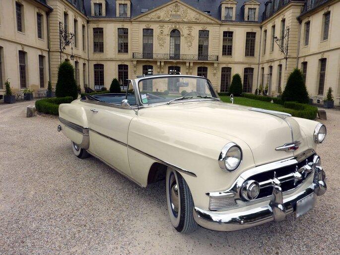 Chevrolet Bel Air décapotable beige, voiture rétro en location