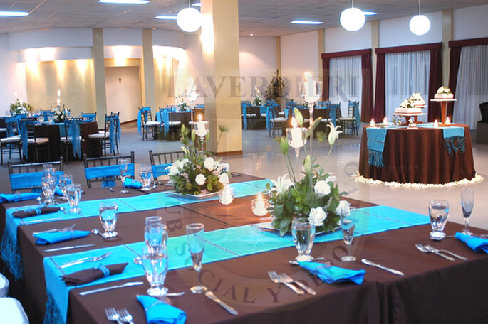 Salón decorado en azul para una boda. Foto: www.laverdieri.com