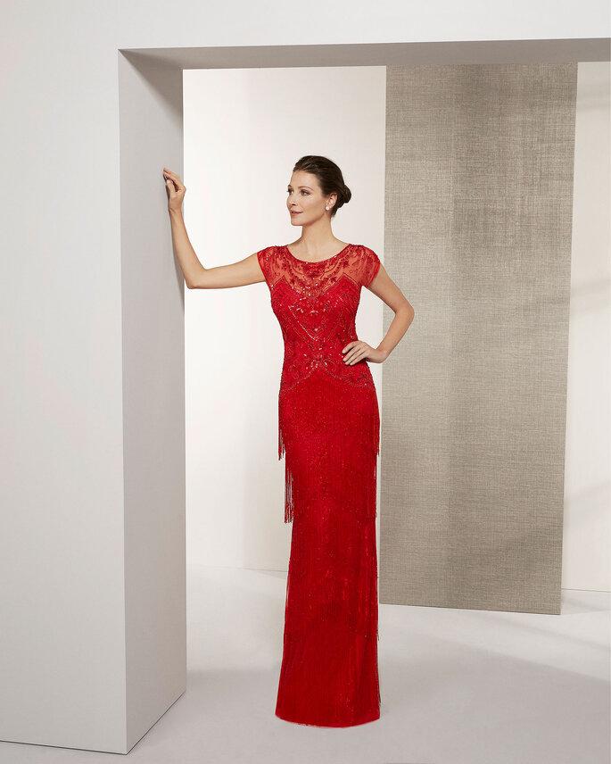 Vestido de fiesta rojo con escote ilusión y decorado con piedras colgantes en la falda