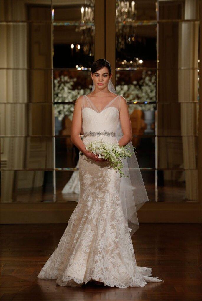 Vestido de novia con tirantes de tul, bordados de encaje y un encantador cinturón de pedrería - Foto Romona Keveza