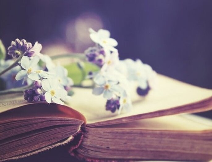 Un separador de libro con flores secas como invitación de boda