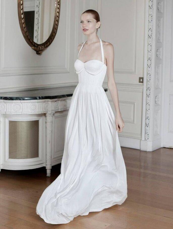 Vestido de novia con escote halter pronunciado y falda amplia con caída sutil - Foto Sophia Kokosalaki