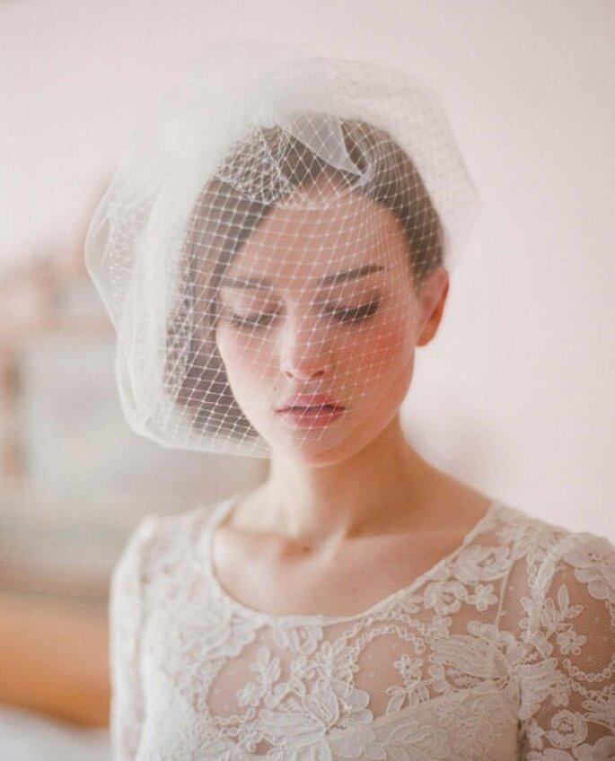 Velo corto estilo redecilla, un toque retro para un estilo romántico. Foto: Tout pour mon mariage