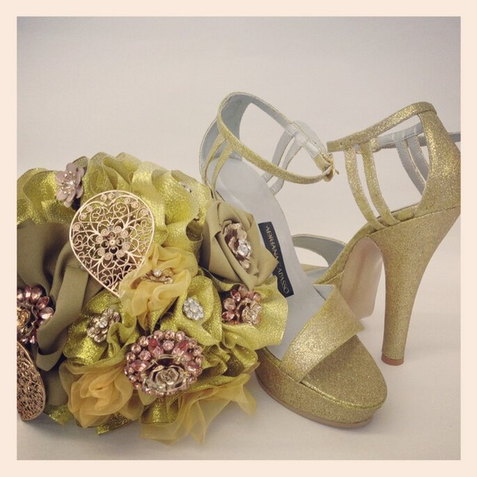 Bouquet de mariée en parfaite harmonie avec les chaussures. Création de Adriana Capasso. Photo: http://adriana-capasso.tumblr.com