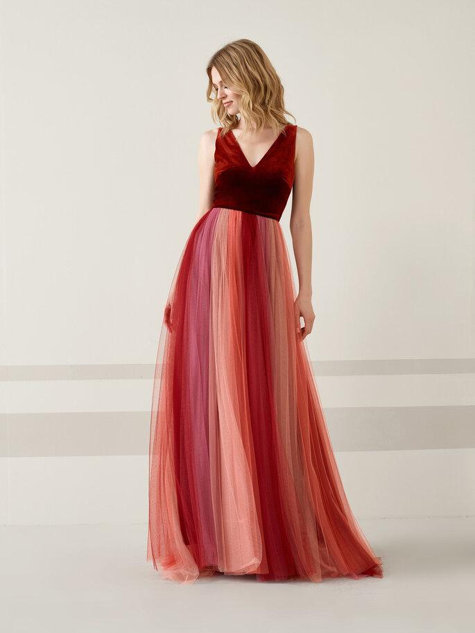 Vestido de novia rojo con falda en tul en tonos degradados