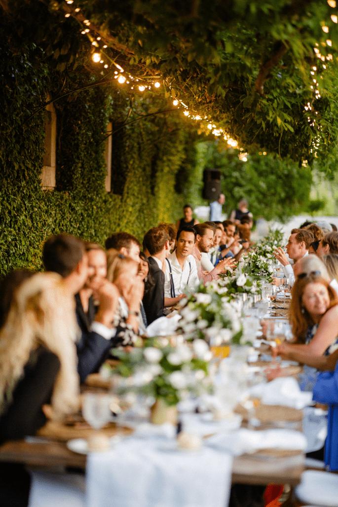 Garbo Eventos. Foto convidados casamento na mesa