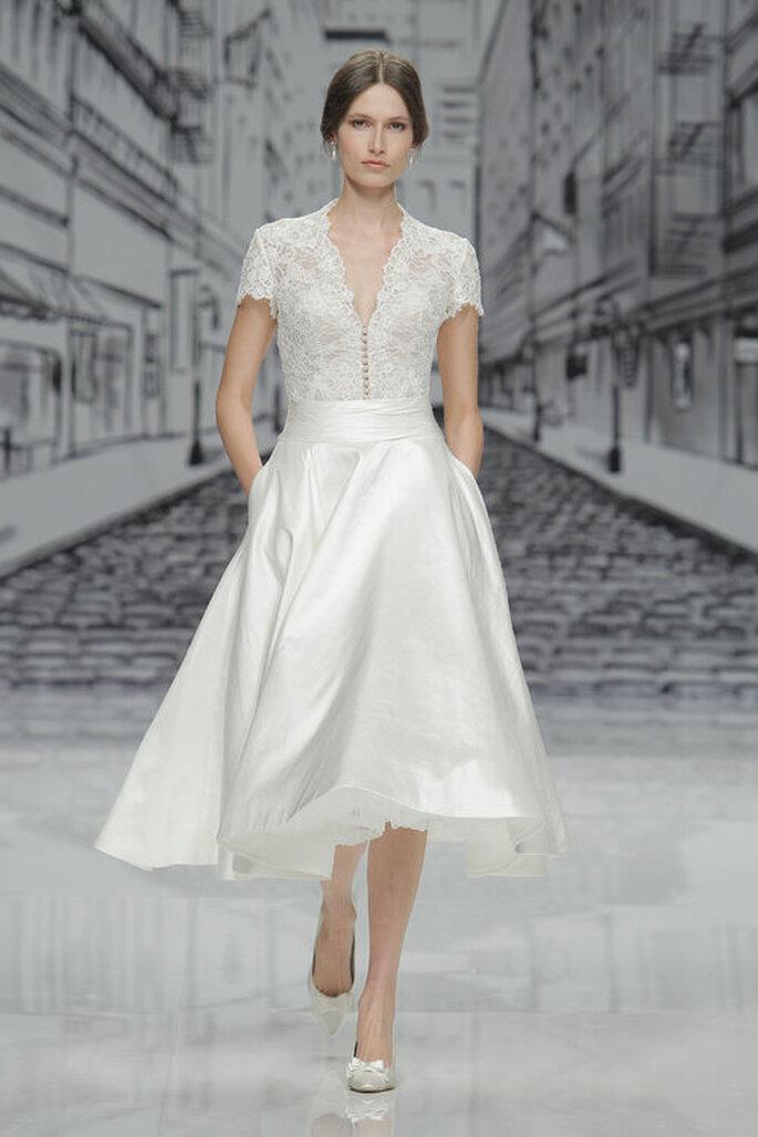 Vestido de noiva para casamento civil com busto em renda com decote e saia estruturada