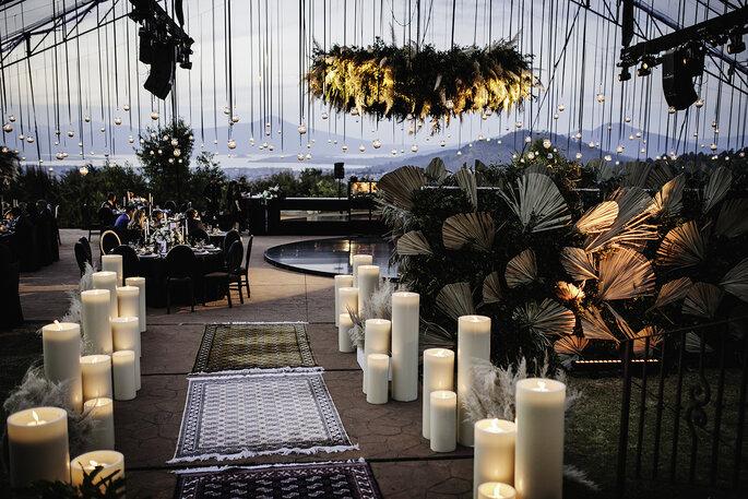 Boda en Pátzcuaro entrada al jardin de bodas con adornos de velas