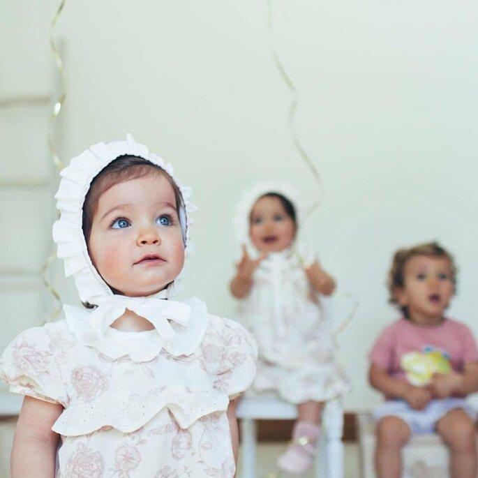 crianças com vestidos de touca na cabeça casamento festa vestidos