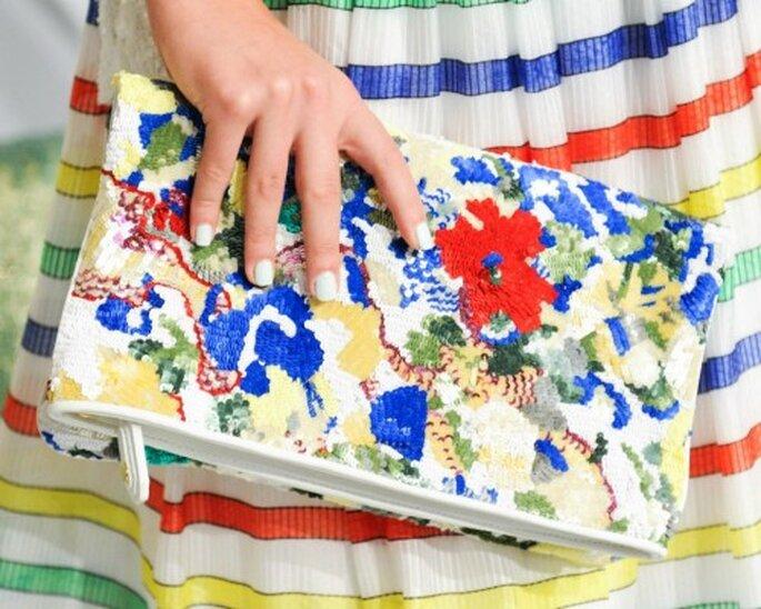 Clutch con brocados y lentejuelas en colores brillantes - Foto Alice + Olivia