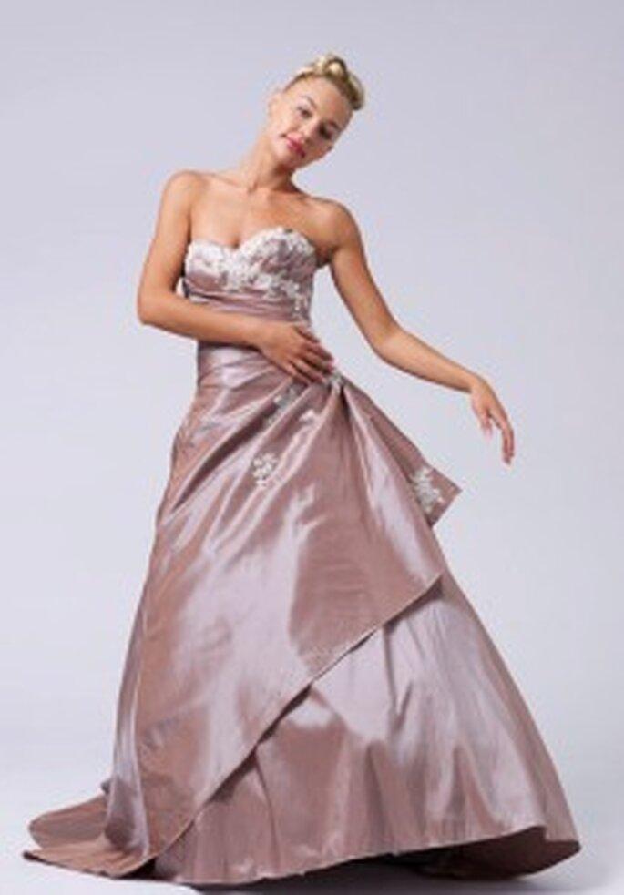 LME Créations 2009 - Alameda, vestido strapless en tafetán salpicado de incrustaciones bordadas