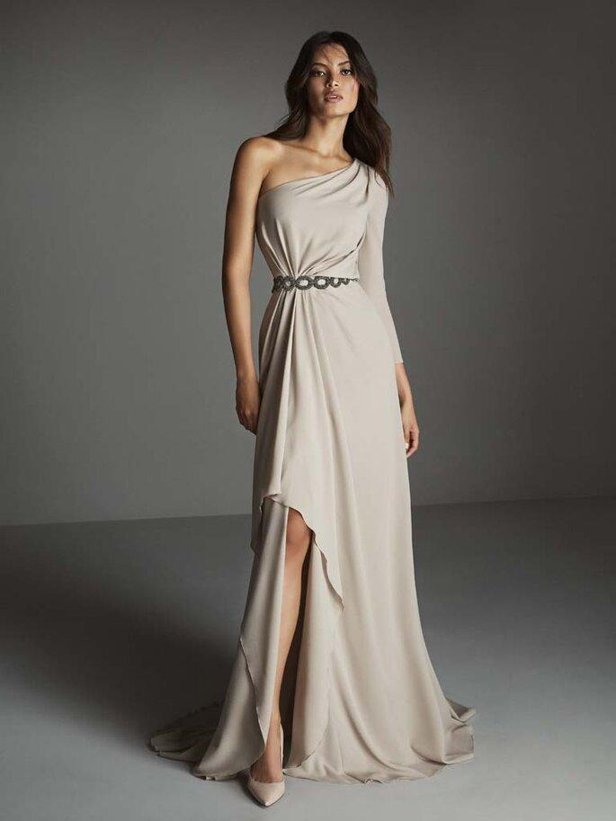 Osmoz Mariage - un modèle portant une superbe robe de soirée longue à une manche dénichée chez Osmoz Mariage
