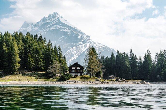 Alpen Haus am See mit Bergen im Hintergrund