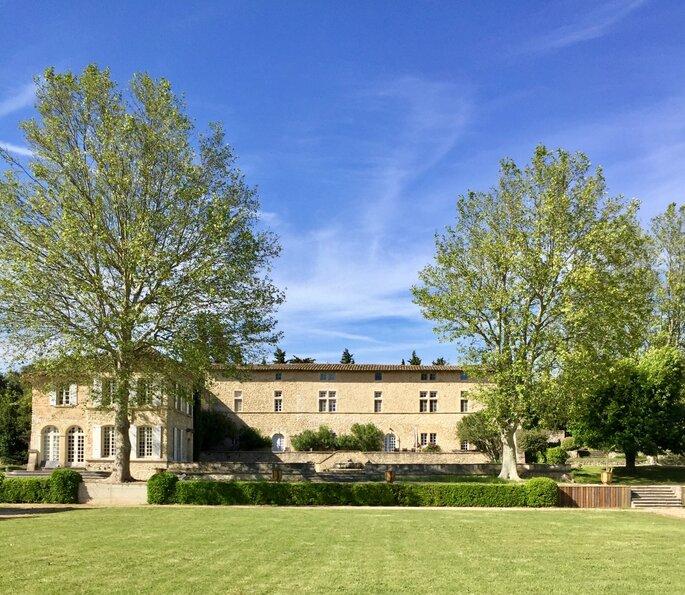 Une belle demeure entourée d'un parc paysager bien entretenu