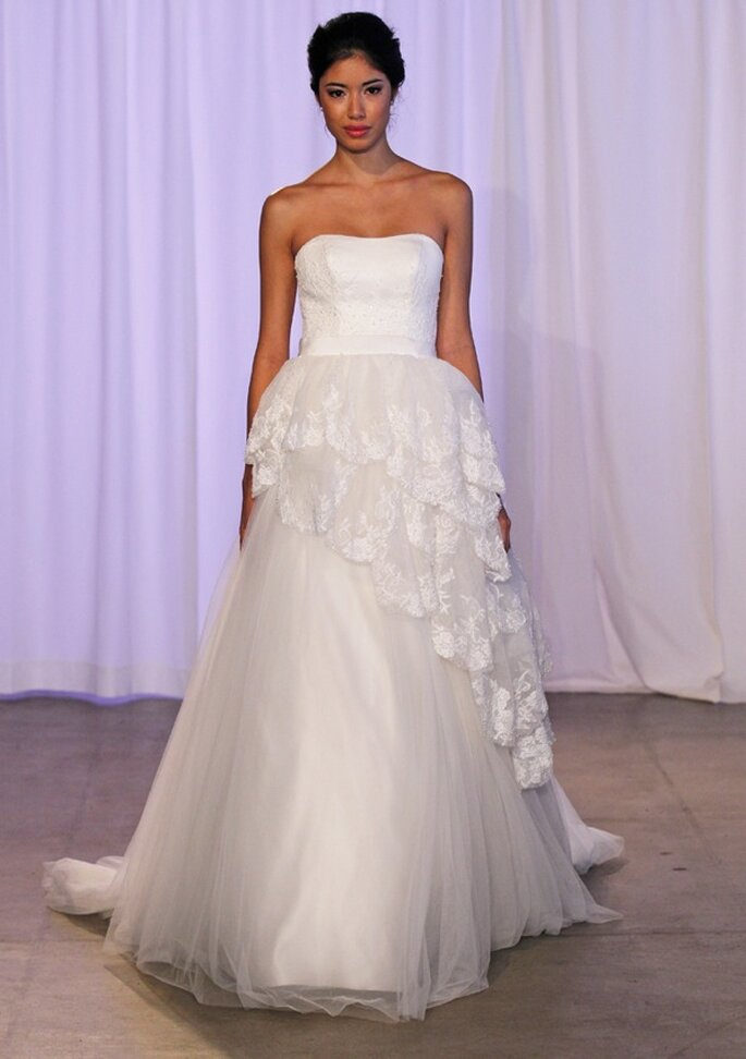 Vestido de novia 2014 con silueta peplum de encaje y escote palabra de honor - Foto Kelly Faetanini