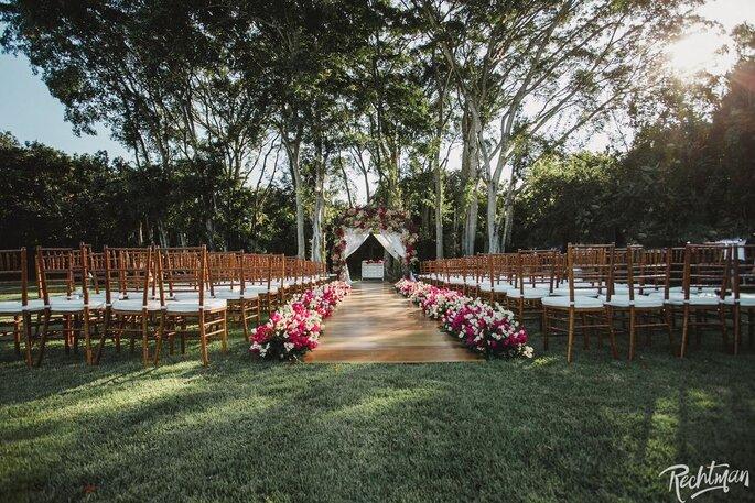 Cerimônia montada ao ar livre em meio à natureza