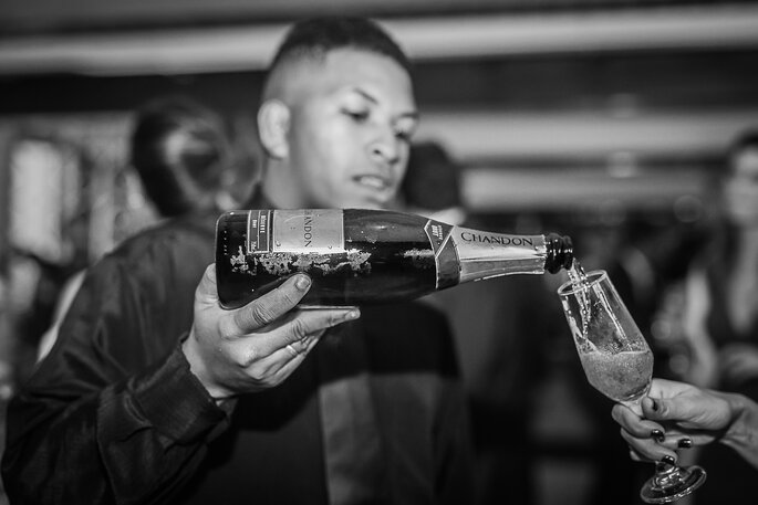 garçom servindo champanhe no casamento