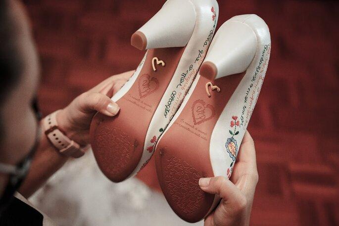 Sapatos com as iniciais dos noivos gravadas na sola