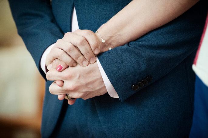 Les mains des mariés s'entrelacent