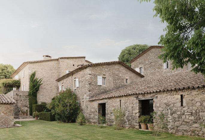 Corps de bâtiment de charme, rénové, aux murs aux pierres apparentes