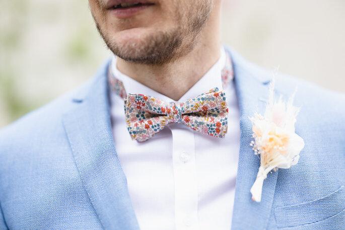 Zoom sur les détails du costume du marié et son noeud papillon