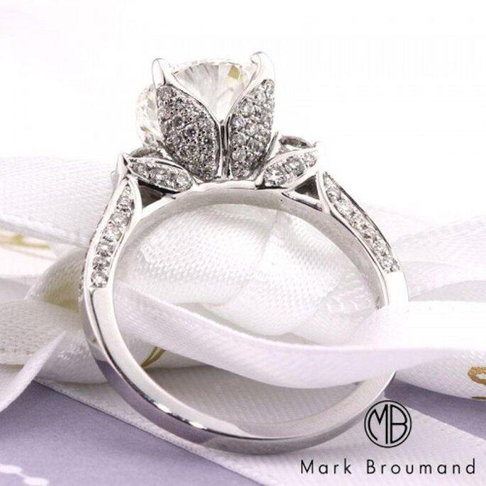 Anillo de compromiso de diseño artesanal con diamantes - Foto Mark Broumand