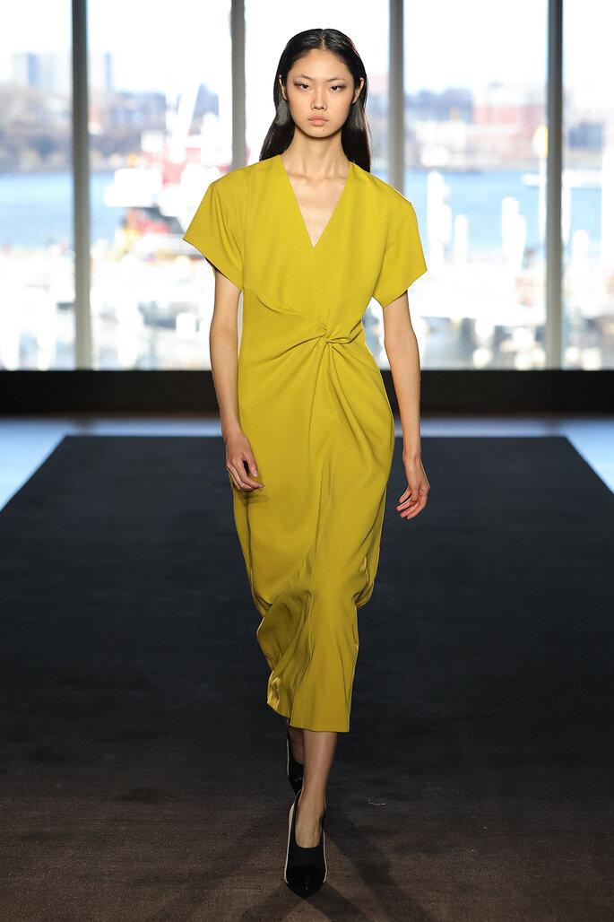 Vestido sencillo en color cítrico con fruncido a la cintura