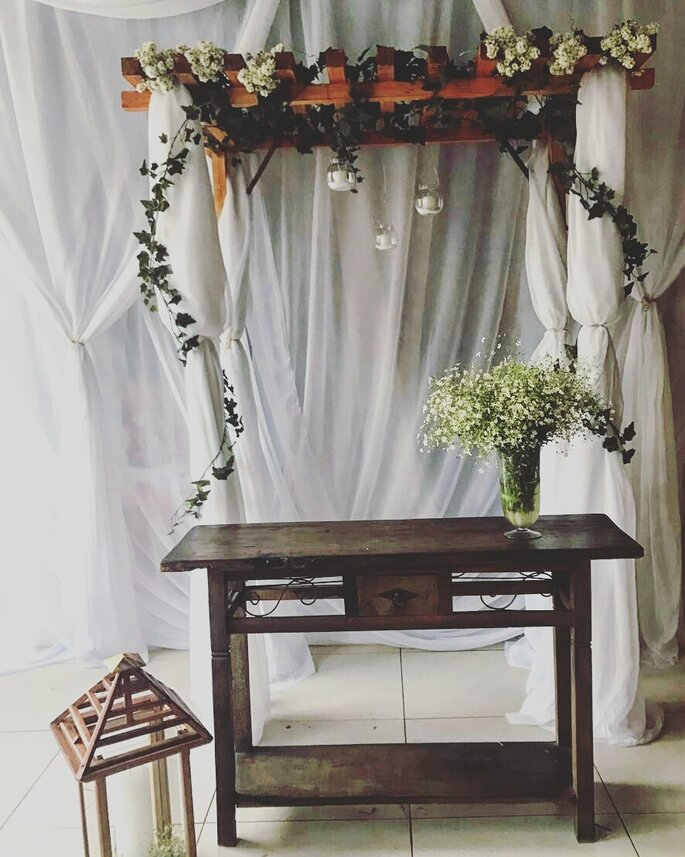 lindo altar para miniwedding