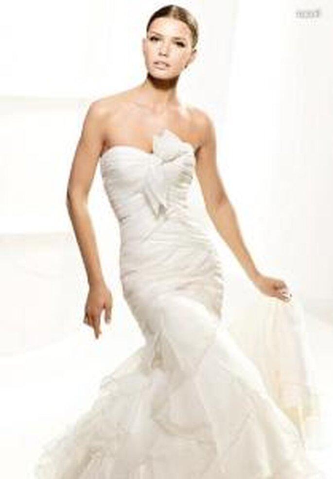La Sposa 2010 - Laurel, robe longue coupe sirène, bustier drapé, à décolleté en coeur, de lignes diagonales