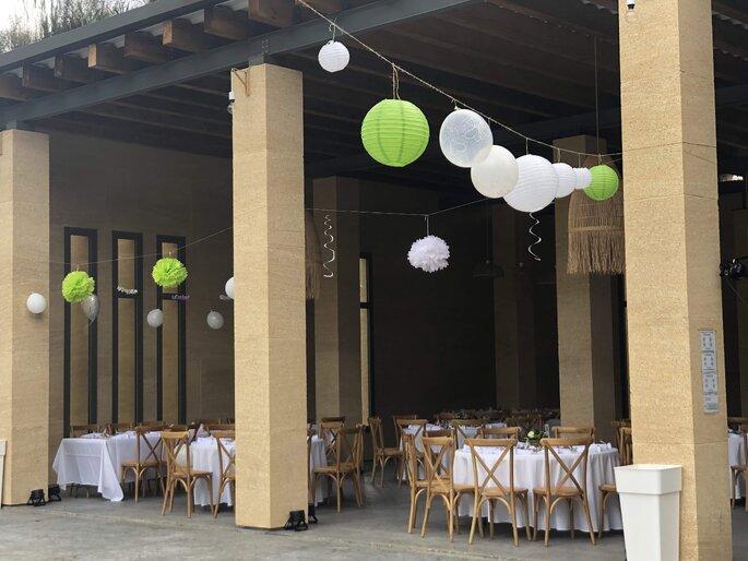 Salle de réception décorée pour un mariage