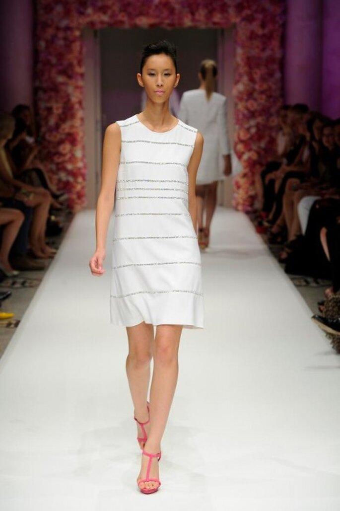 Vestido de fiesta corto en color blanco con tela holgada - Foto Basler