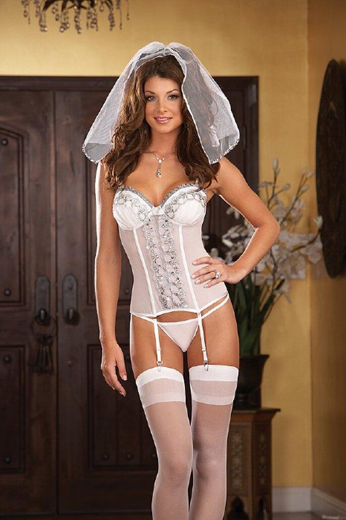 555d11f16ae8 Blanca y radiante, por dentro y por fuera. Lencería blanca para novias