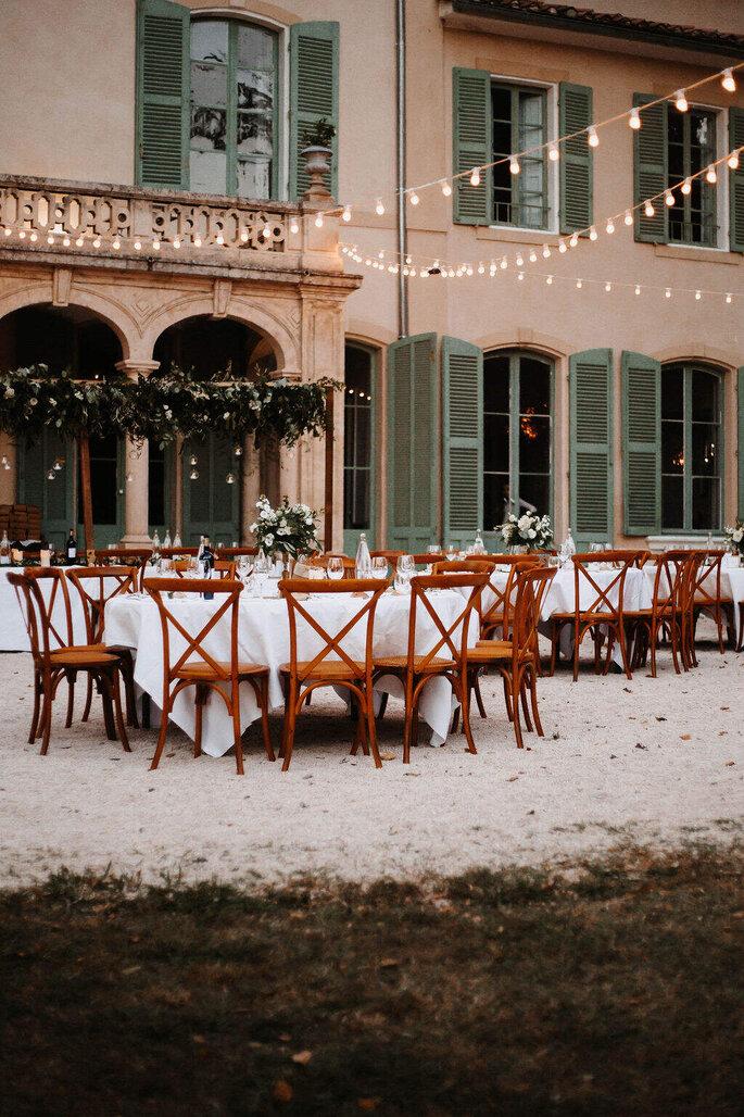 Réception de mariage en extérieur devant une superbe façade provençale aux volets verts