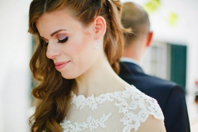 close-up noiva com penteado semi-apanhado
