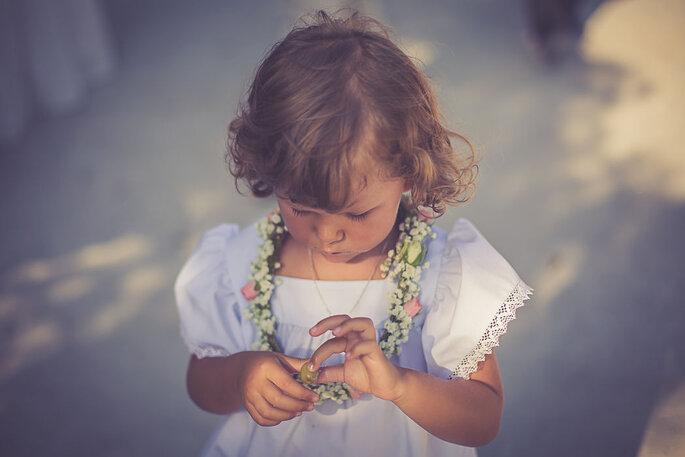 criança casamento com coroa de flores ao pescoço vestido festa branco