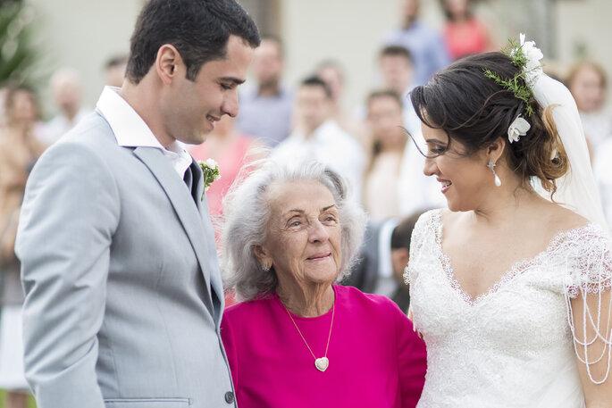 Avó com noivos