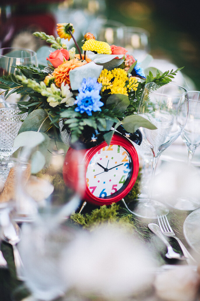 mesa casamento com relógio e flores cores vivas