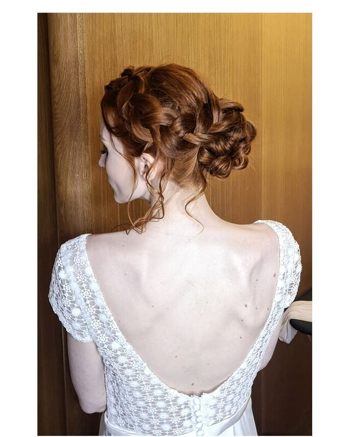 Coiffure réalisée par Morgane sur une mariée. Il sagit ici d'un chignonélaboré, sur des cheveux buclés.