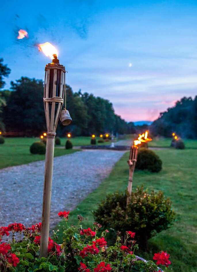 Des torches allumées pour sublimer les espaces extérieurs du Château de Denonville