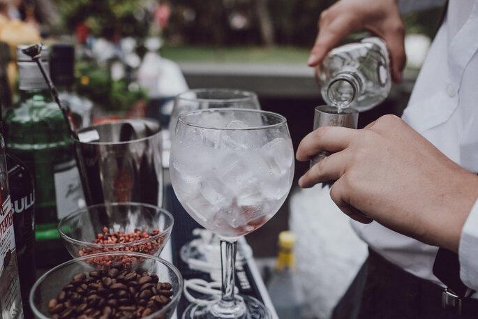 bartender a servir bebida cocktail