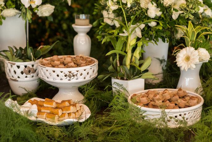 decoração mesa do bolo no casamento