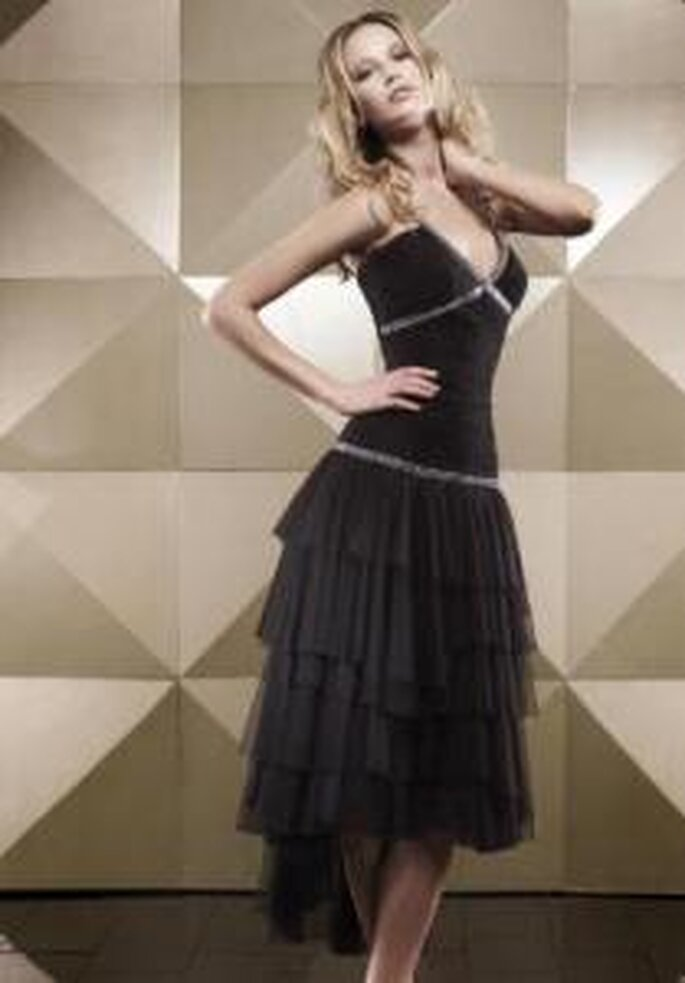 Vestido de madrina - Pepe Botella - Colección 2009 - Vestido negro corto ajustado de escote halter en V, falda de volados