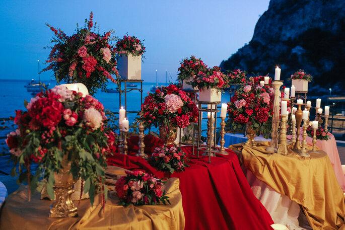 Composizione floreale con candelabri dorati