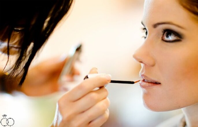 Ein Kajal in schwarz oder braun auf dem Ober- und Unterlid und danach etwas Wimperntusche machen das Auge noch größer. Foto: Katja Schünemann von www.ks-weddings.de