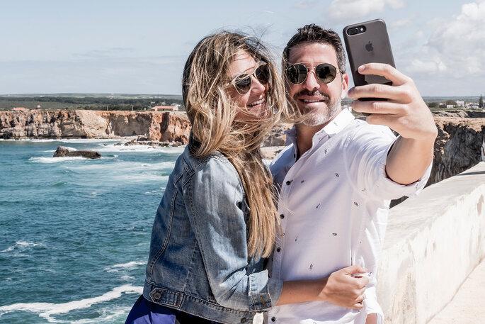 casal a tirar uma selfie na praia