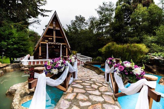 Puente decorado con cintas y flores para boda al aire libre
