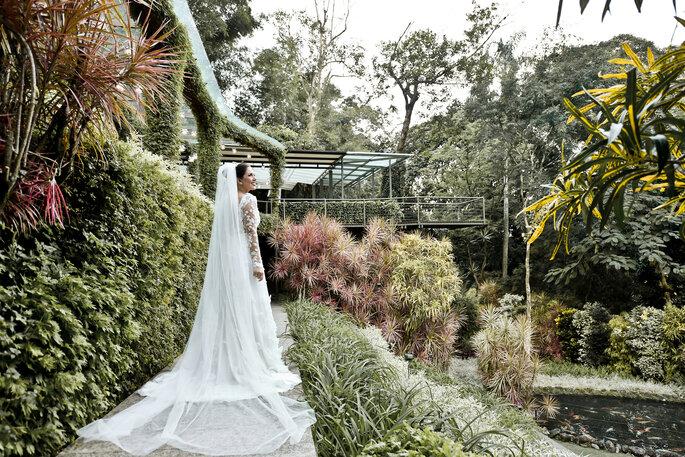 vestido de noiva com véu tradicional longo