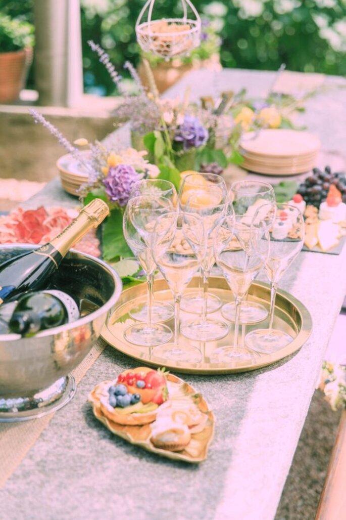 Blick auf den Hochzeitstisch mit Dekoration bei der Feier im Tessin.
