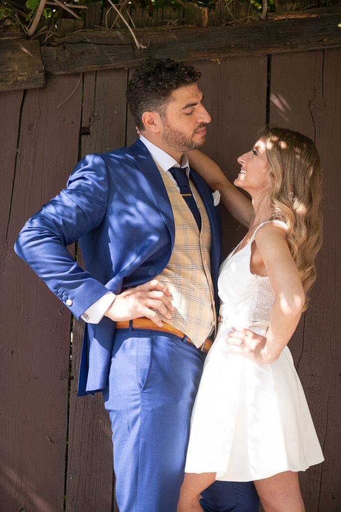 Un couple de mariés prenant la pose pendant sa séance photo.